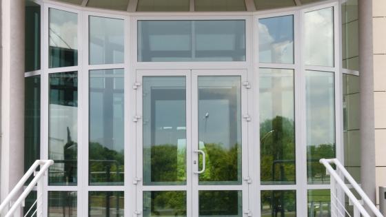 Преимущества металлопластиковых дверей для офиса