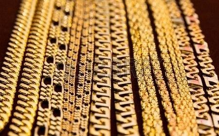Важнейшие нюансы о продаже золота в ювелирный магазин и уличным торговцам